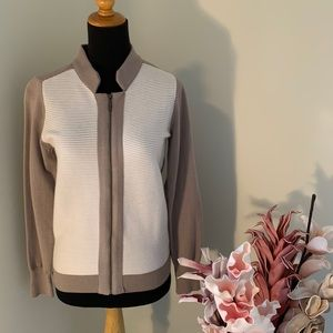 🌺2/$15🌺Beige & White sweater with zip size 6